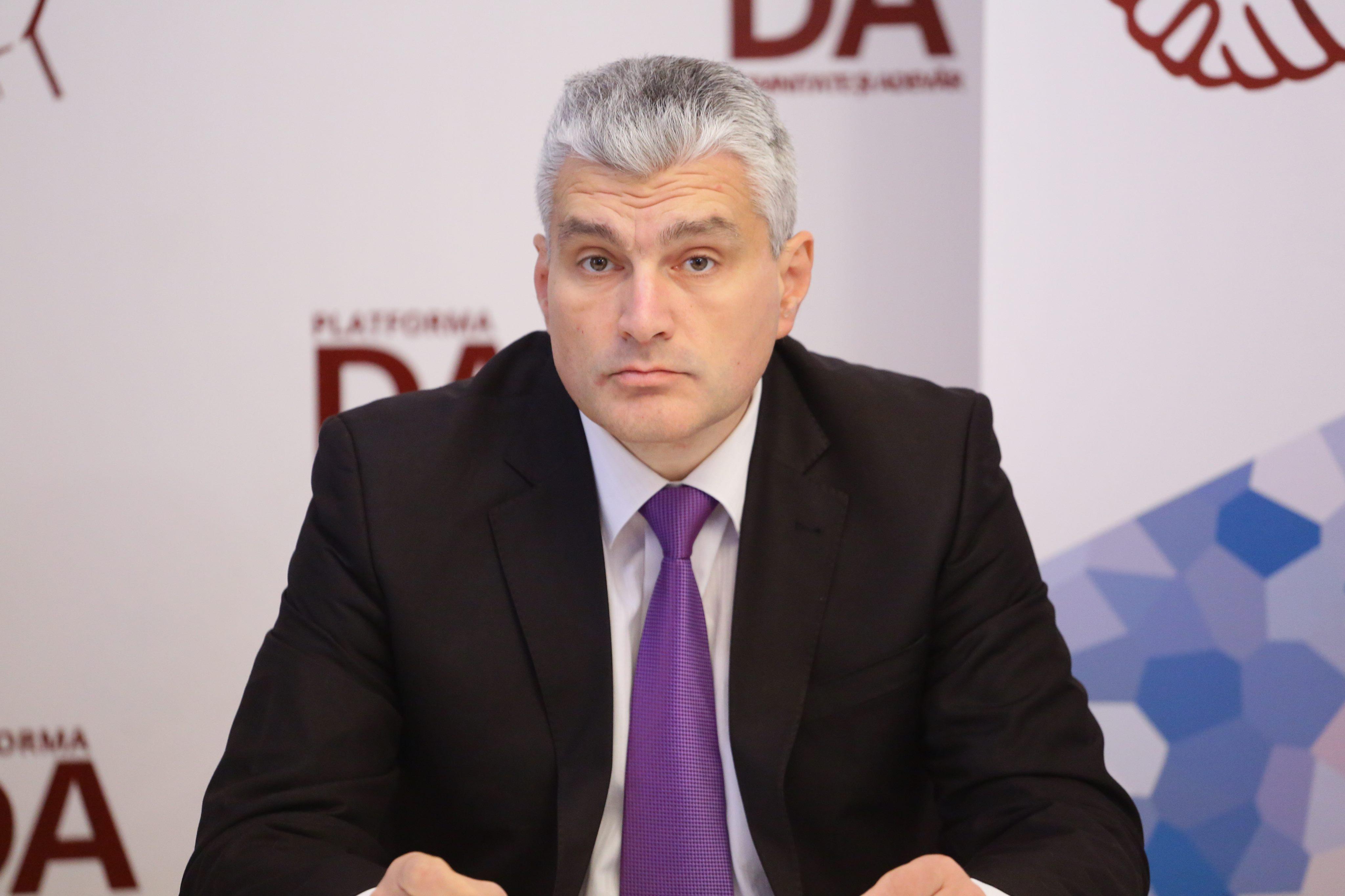 Я русский. Я думаю на русском языке. В семье говорю преимущественно на русском. Но я депутат Республики Молдова